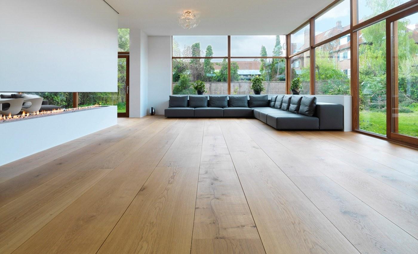 Diseño de salón con parquet de madera